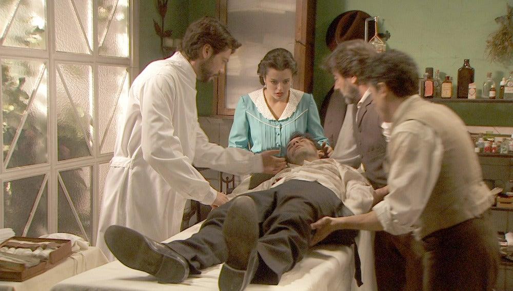 Carmelo llega herido a la consulta de Lucas