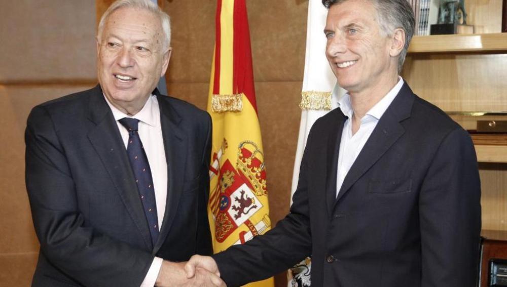 El ministro de Asuntos Exteriores, José Manuel García-Margallo, con el presidente electo de Argentina, Mauricio Macri