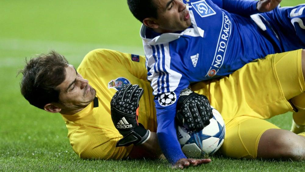 Iker Casillas detiene un balón ante el Dinamo