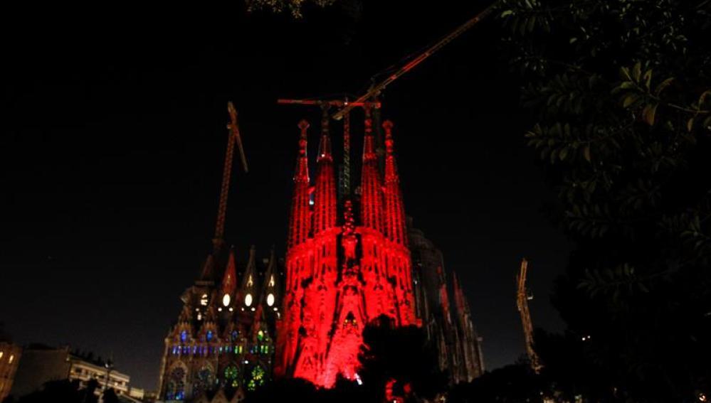 La Sagrada Familia se tiñe de rojo