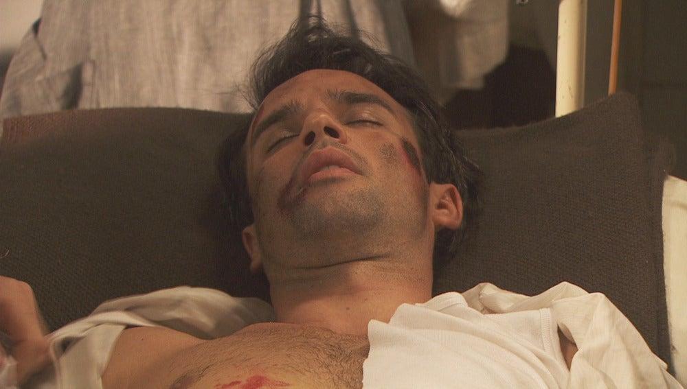 Carmelo acude a la consulta de Lucas tras sufrir un accidente