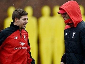 Steven Gerrard, junto a Jurgen Klopp