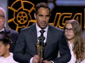 Claudio Bravo recoge el premio a mejor portero de la temporada 2014-2015