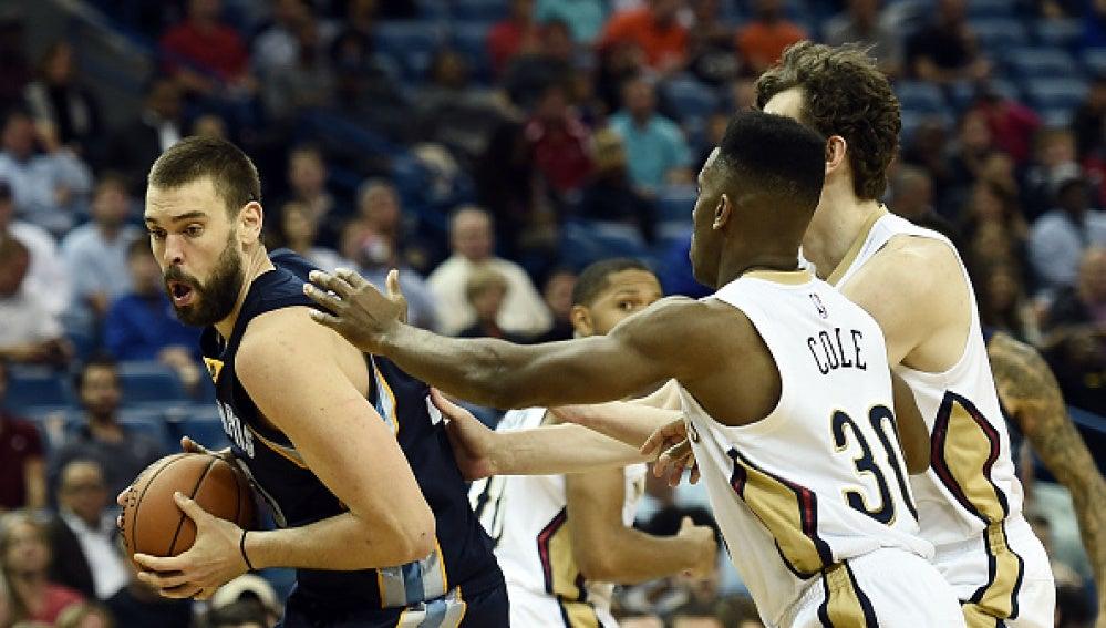 Marc Gasol intenta anotar ante la defensa de los Pelicans