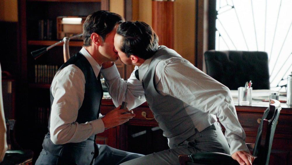 Los torpes ensayos de Mateo con Raúl para pedirle matrimonio a Clara