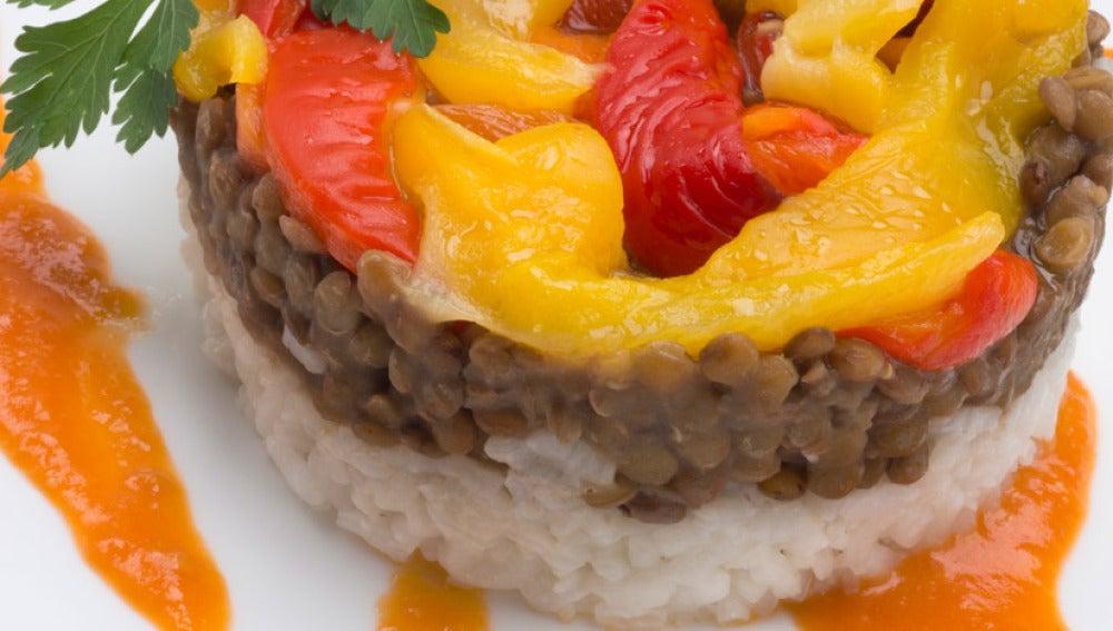 Timbal de lentejas, pimientos morrones y arroz