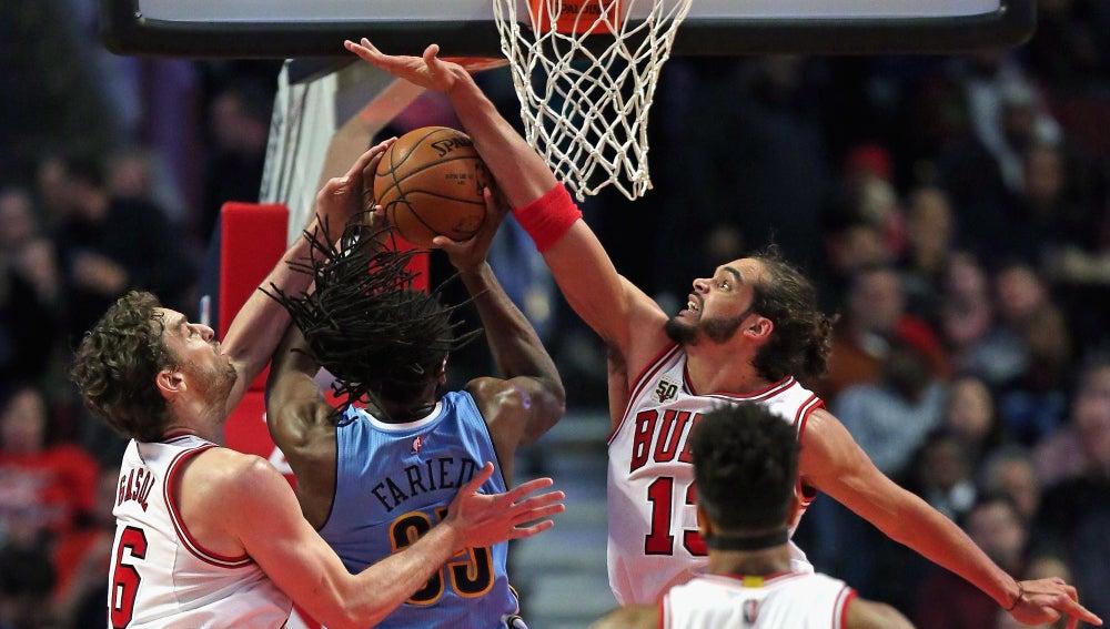 Pau Gasol y Noah intentan taponar a Faried en su entrada a canasta