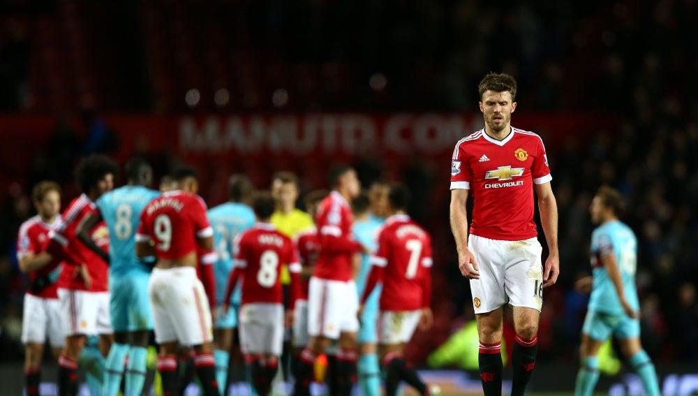 Los jugadores del Manchester United y West ham, discuten sobre el césped de Old Trafford