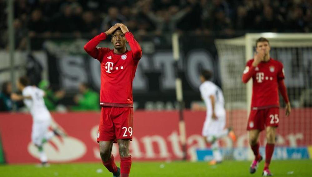 Los jugadores del Gladbach celebran el gol ante los apesumbrados futbolistas del Bayern