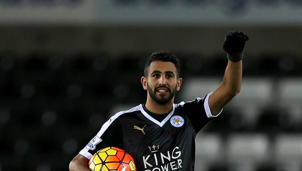 Mahrez celebra un gol