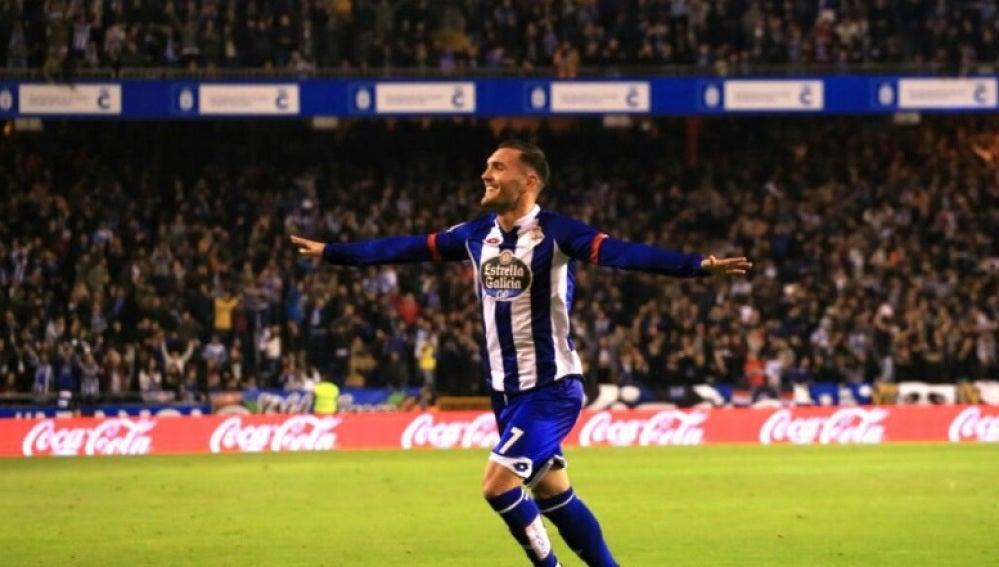 Lucas Pérez celebra un gol frente al Sevilla