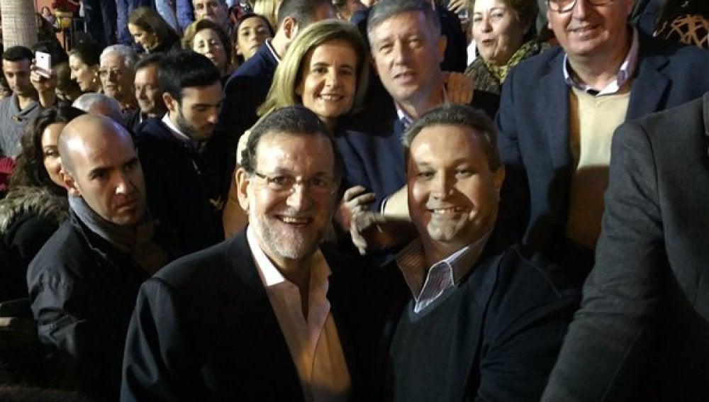 Mariano Rajoy se ha fotografiado con los vecinos de Palos de la Frontera