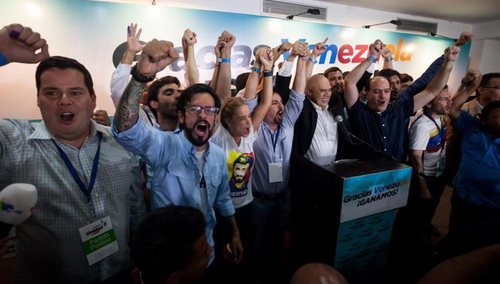 Miembros de la coalición opositora Mesa de Unidad Democrática