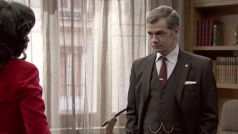 Eugenio se enfada al enterarse de que Tomás durmió en la casa de Adela