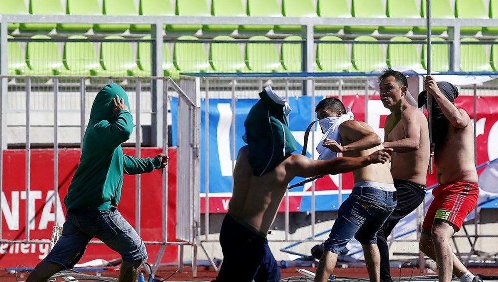 Radicales del Santiago Wanderers y Colo Colo se pegan durante el partido