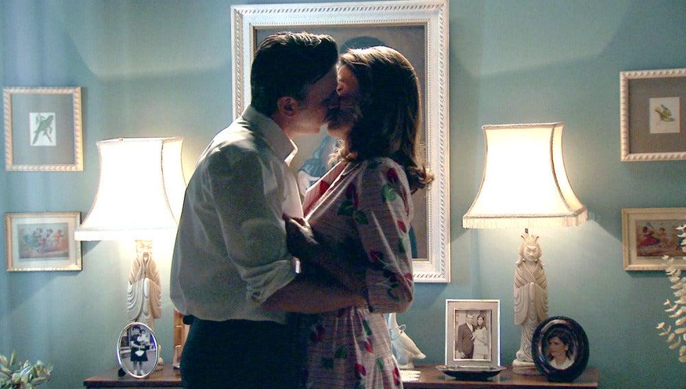 Adela y Tomás se dejan llevar por la pasión al recordar su primer beso