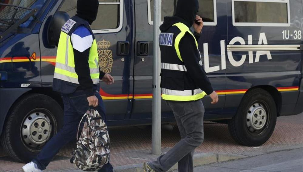 Agentes en una operación contra una red yihadista