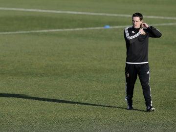 Gary Neville, durante su primer entrenamiento con el Valencia