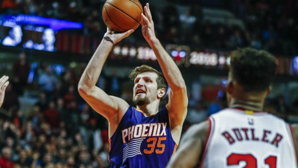 Mirza Teletovic, en el tiro que le daría la victoria a los Phoenix Suns