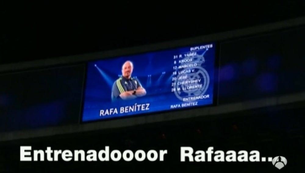 Rafa Benítez, en el videomarcador del Bernabéu