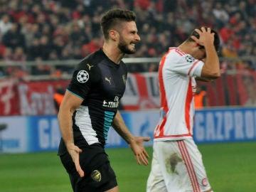 Olivier Giroud celebra uno de sus tres goles ante el Olympiacos