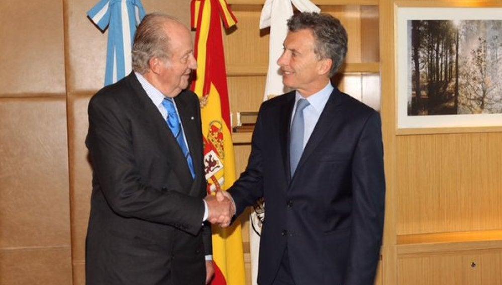 El Rey Juan Carlos saluda a Mauricio Macri