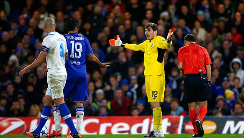 Iker Casillas y Diego Costa, picados en el Chelsea-Oporto de Champions League.