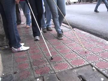 Personas ciegas caminando