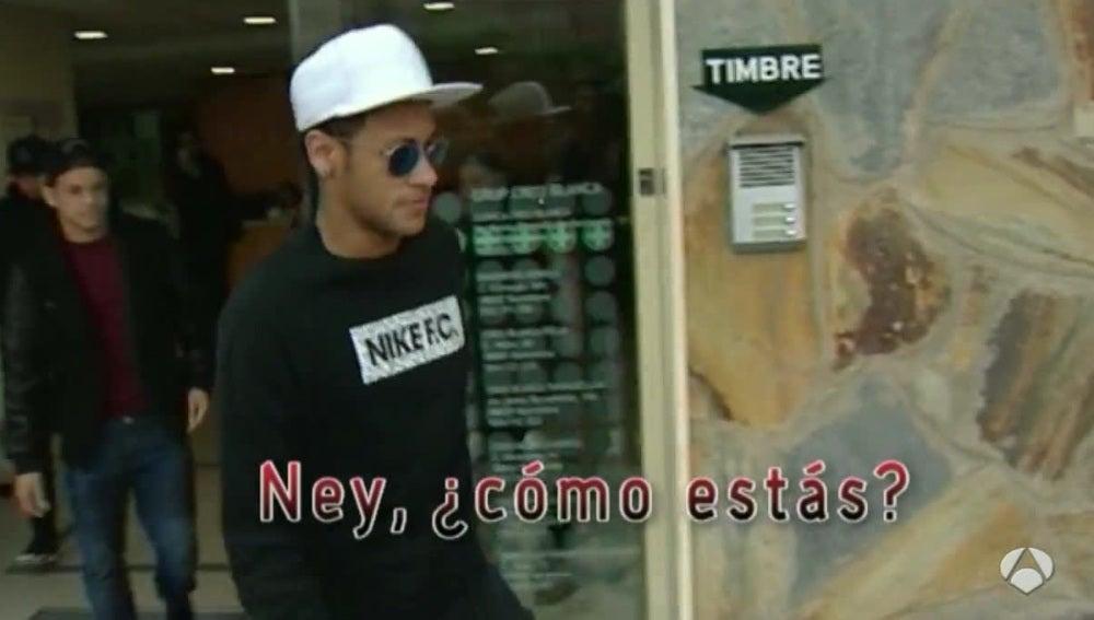 Neymar, saliendo de la clínica