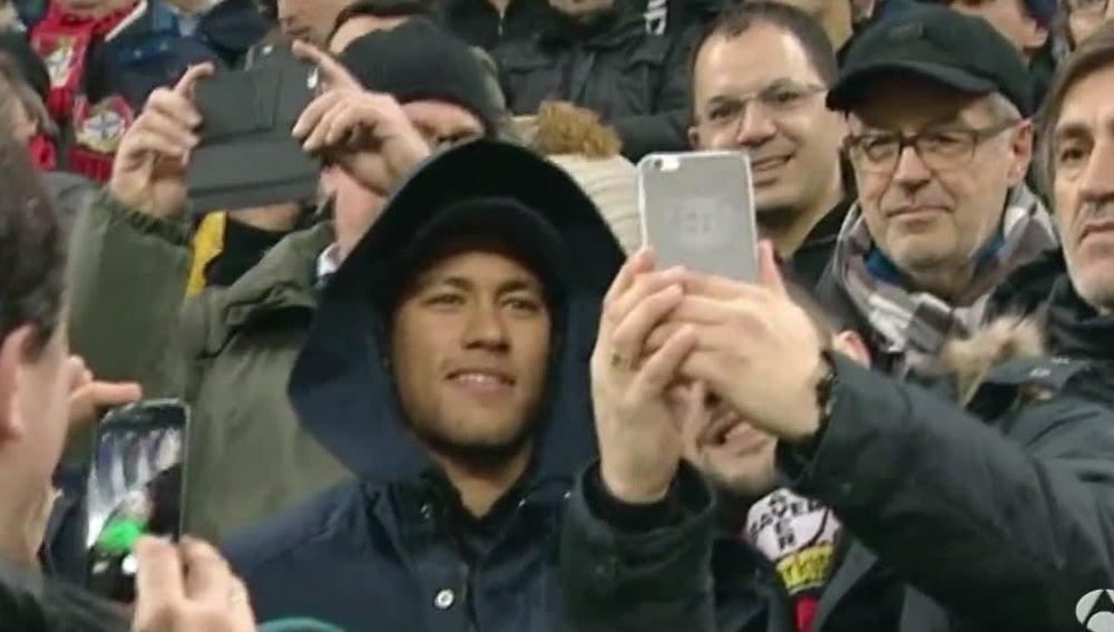 Neymar, en la grada del BayArena