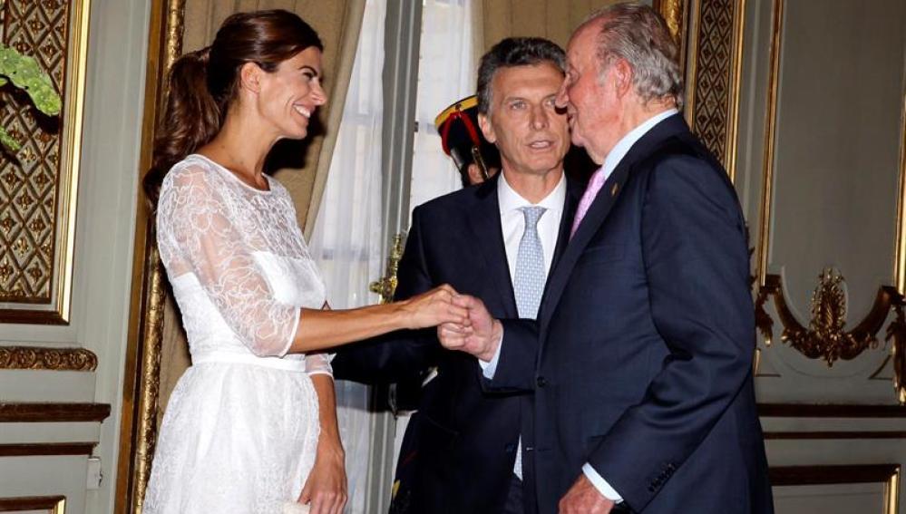 El Rey Juan Carlos de España saluda a Juliana Awada (i), esposa del presidente de Argentina Mauricio Macri