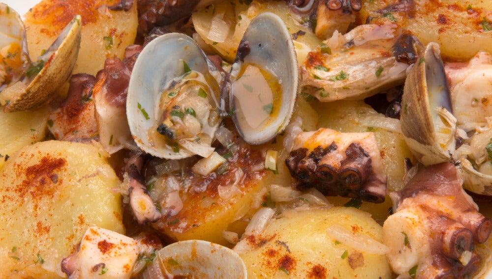 Cazuela de patatas, pulpo y almejas