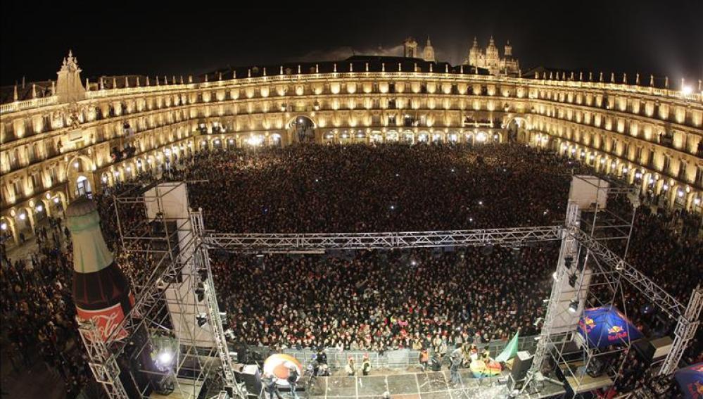 Miles de jóvenes han llenado la Plaza Mayor de Salamanca