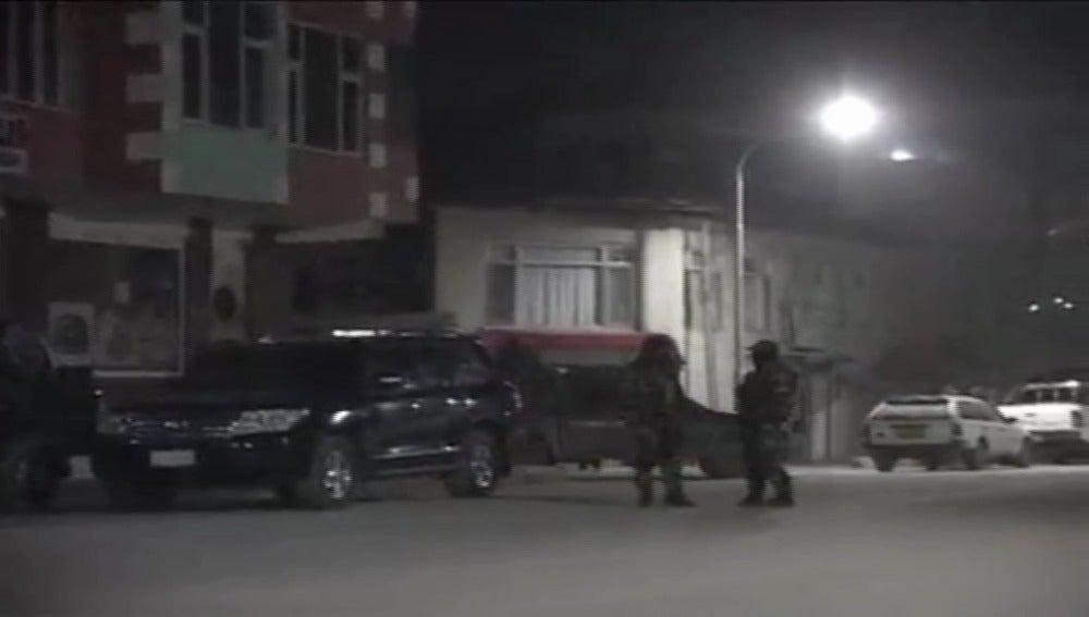 Soldados afganos cerca del lugar donde se ha producido la explosión