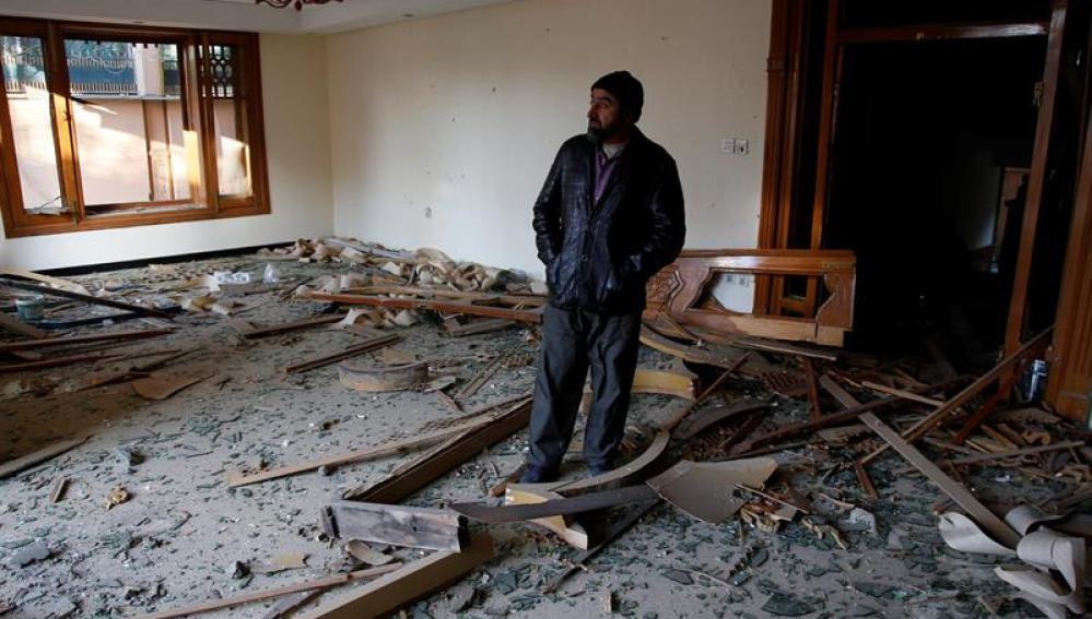 Un hombre supervisa los destrozos registrados en la embajada española de Kabul