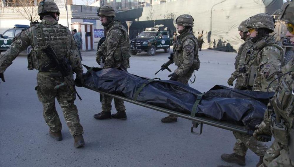 Las fuerzas de seguridad trasladan un cuerpo tras el atentado en Kabul