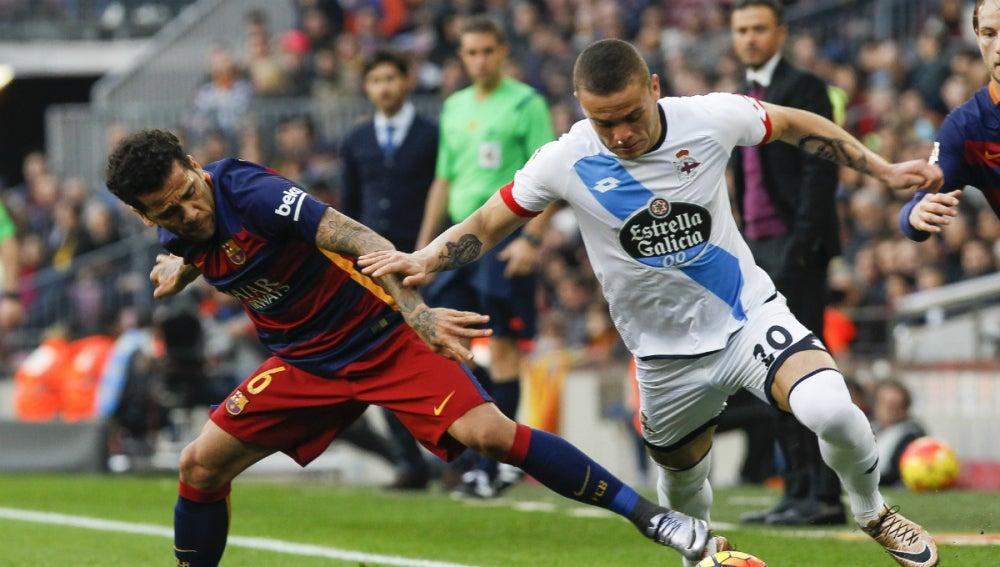 Dani Alves intenta robar el balón a Jonathan Rodríguez