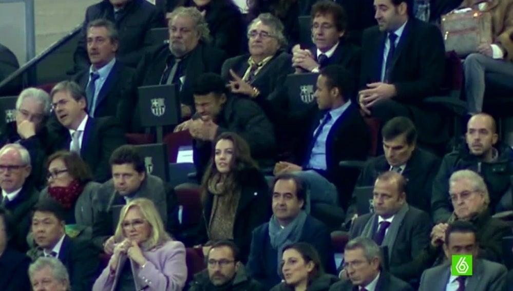 Neymar y Rafinha se divierten durante el Barcelona - Deportivo