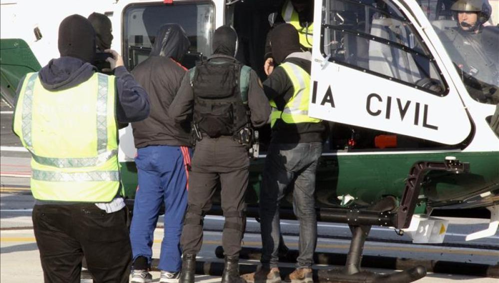 La Guardia Civil traslada al detenido en Ceuta