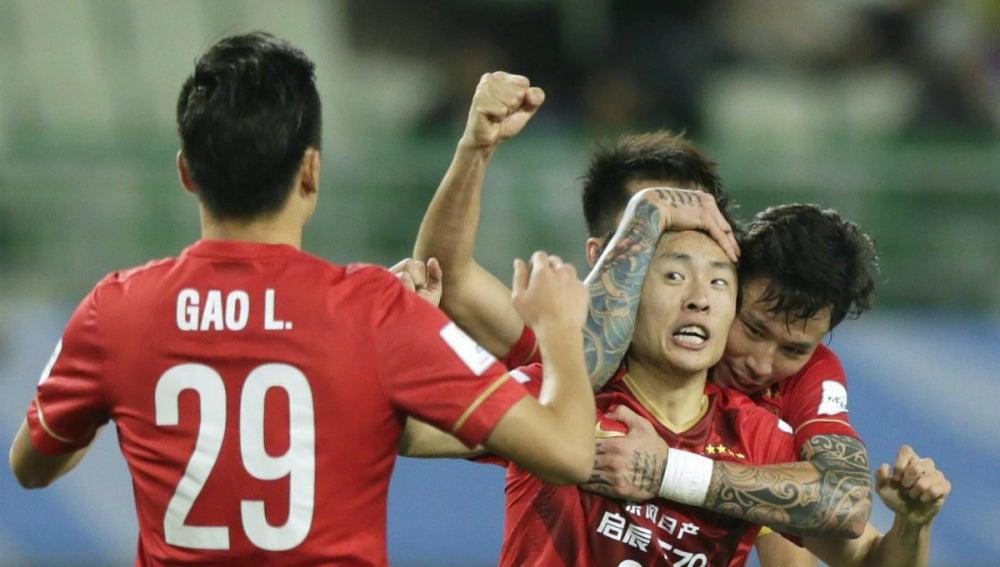 Zheng Long celebra un gol