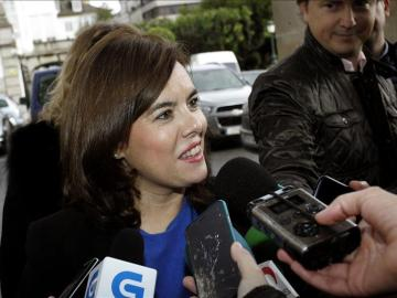 Soraya Sáenz de Santamaría atiende a los medios frente al edificio de capitanía, en Ferrol