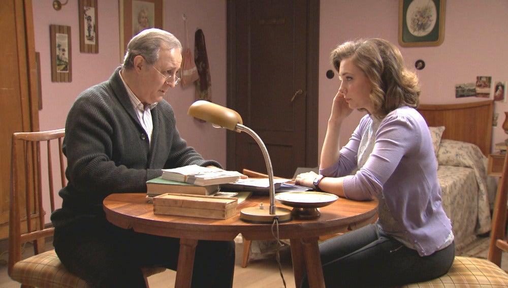 Una noticia en el periódico hace que Pelayo se preocupe por los ideales de Leonor