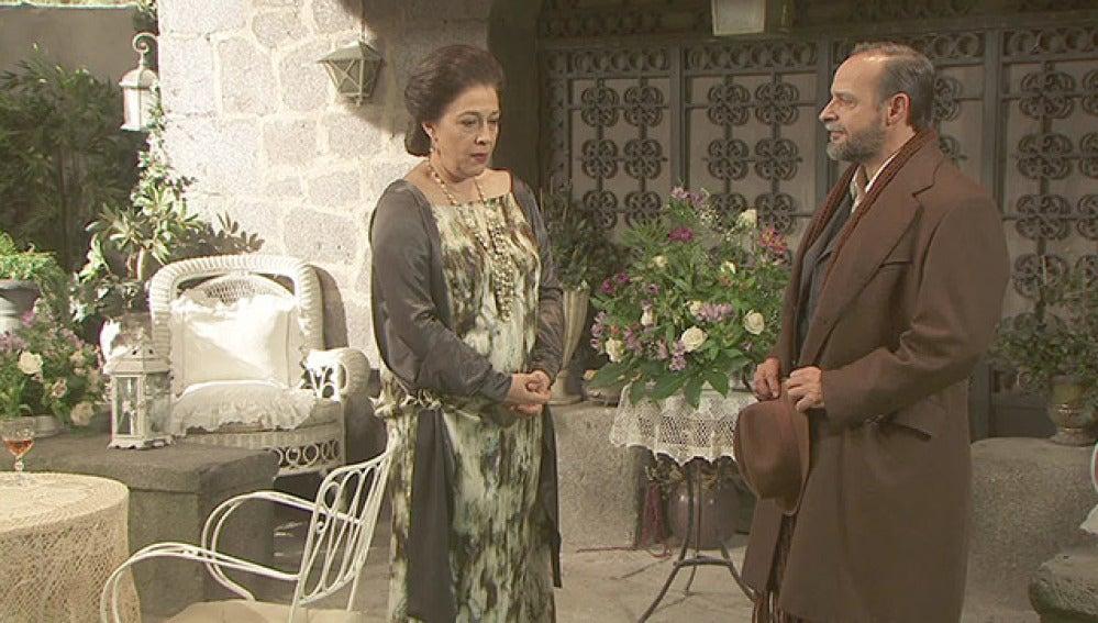 Raimundo acude a la Casona para comprobar que Francisca no está sola en la fiesta