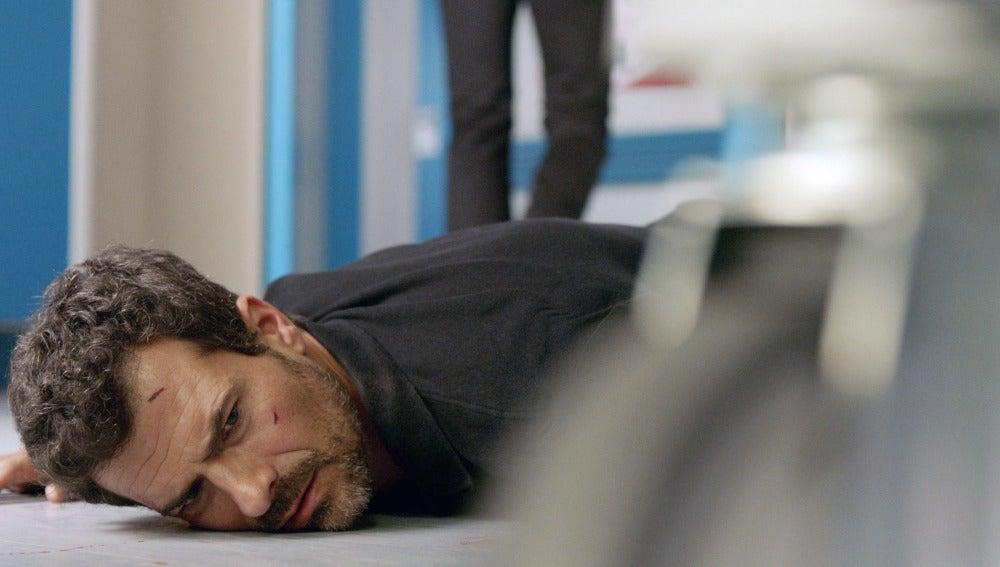 Héctor cae al suelo tras sufrir un disparo