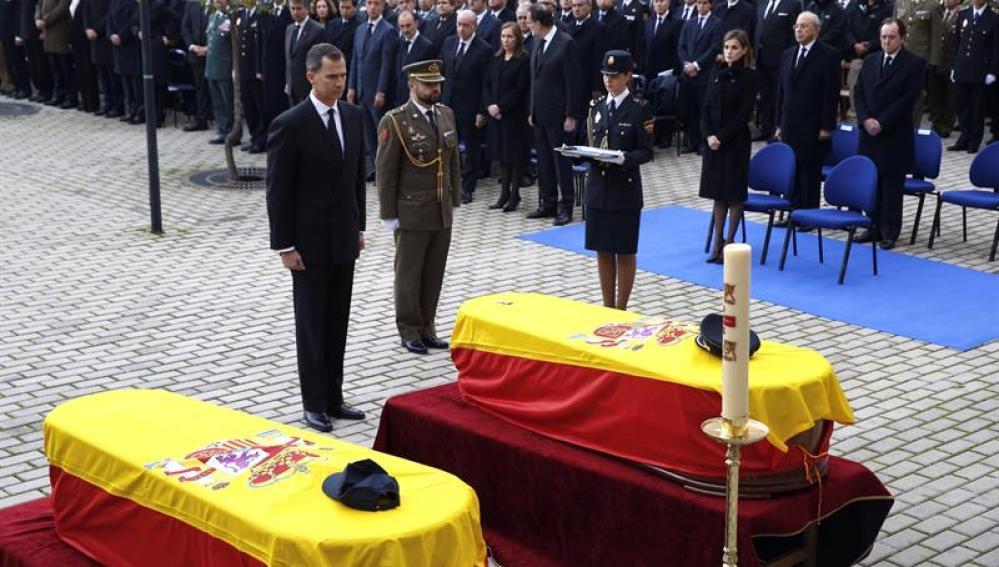 El Rey durante el funeral de los policías fallecidos en Kabul