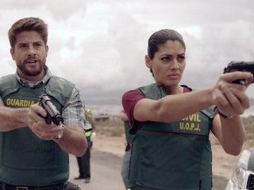 Salva y Lola apuntan con el arma