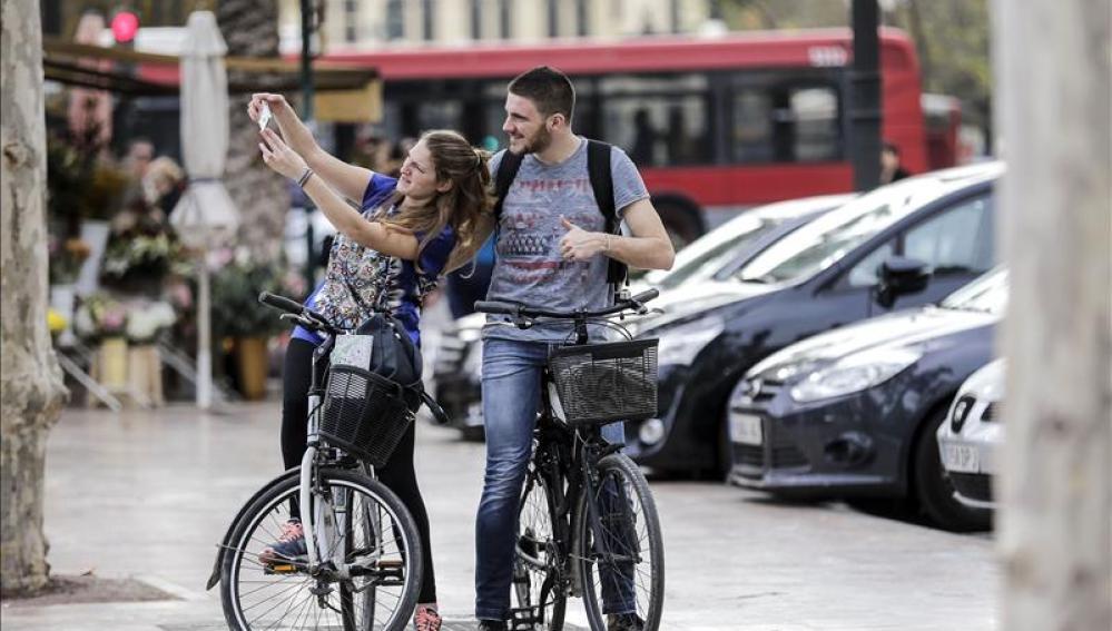 Dos jóvenes en manga corta en Valencia