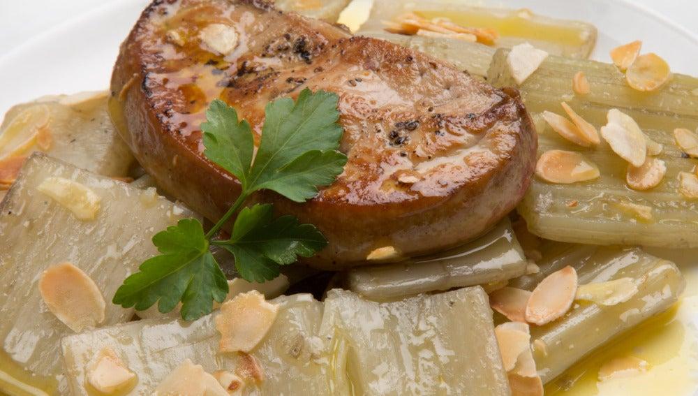 Cardo con foie y Almendras