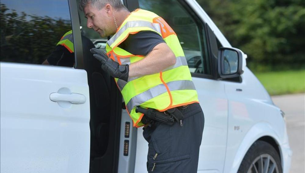 Un policía registra un vehículo en la frontera entre Austria y Alemania