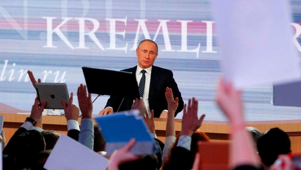 Periodistas intentan atraer la atención del presidente ruso, Vladimir Putin